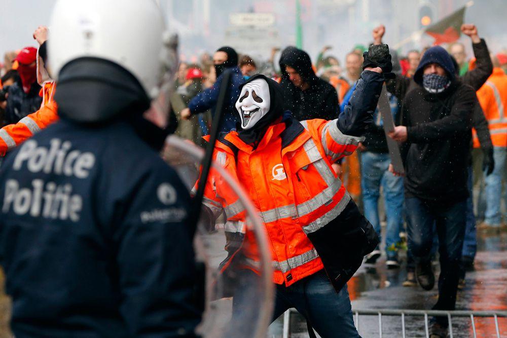 В результате были ранены несколько активистов и полицейских, несколько пострадавших ранены довольно серьезно.
