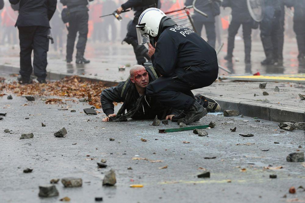Демонстранты танцевали на вершине опрокинутых автомобилей и бросали куски брусчатки и фейерверки во время акции протеста. Остановки общественного транспорта были ограничены из-за демонстрации протеста, частично парализовав Брюссель на весь день, поскольку в городе собрались министры финансов еврозоны.
