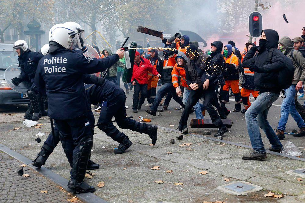 Оппозиция уже объявила демонстрацию преддверием «горячей осени» - с 24 ноября она планирует провести еще три крупных акций в регионах, а 15 декабря начать «общенациональную забастовку, которая парализует страну».