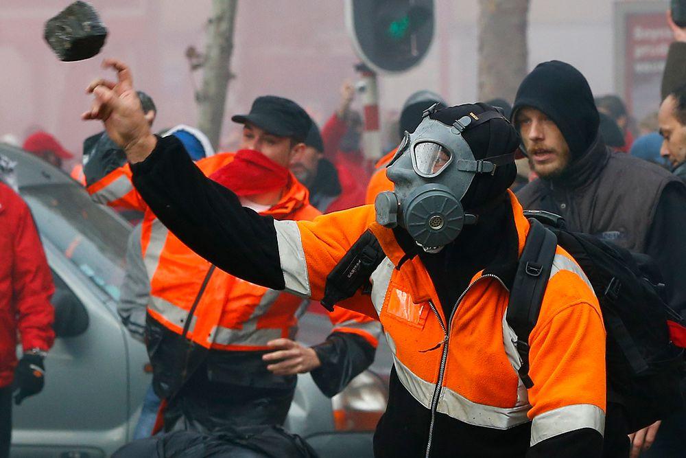 Демонстранты забрасывали представителей правоохранительных органов различными предметами. В то же время полицейскими были задействованы для разгона протестующих слезоточивый газ и водометы.