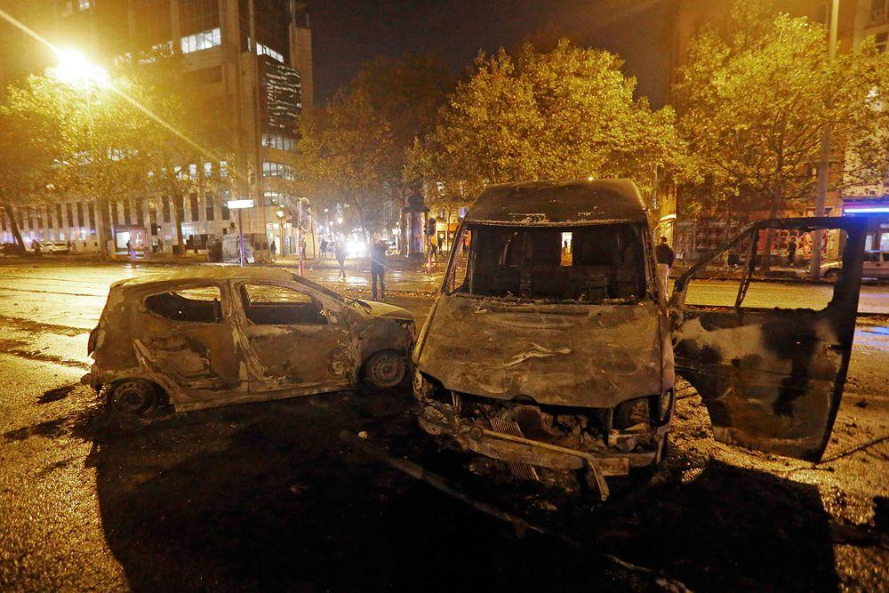В Брюсселе довольно серьезные разрушения, сожжено множество автомобилей.