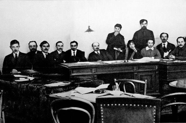 Совет народных комиссаров — правительство России во главе с В. И. Лениным. декабрь 1917-январь 1918.