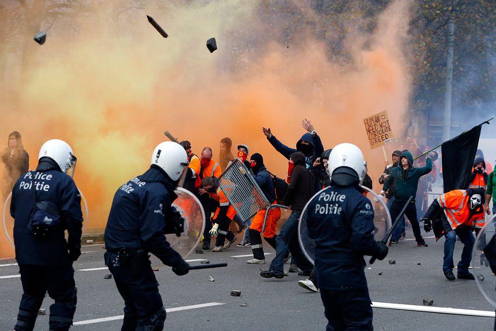 Беспорядки в Брюсселе. Люди протестуют против экономических реформ правительства. По сведениям полиции, на улицы города вышло в общей сложности более 100 тысяч человек. Акция проводилась в рамках всеобщей забастовки работников госсектора против политики жесткой экономии, объявленной новым правительством Бельгии.