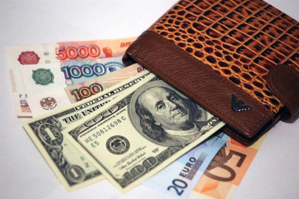 7 ноября курс евро на торгах Московской биржи установил новый рекорд, превысив психологически отметку в 60 рублей (60,27). Курс доллара также обновил исторический максимум, поднявшись на 1,73 копеек до 48,6 рубля.