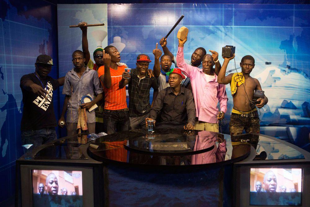 Буркина-Фасо. Антиправительственные демонстранты в студии государственного телеканала. Тысячи людей вышли на улицы в знак протеста против продления президентского срока главы государства Блэза Компаоре, который пришел к власти в 1987 году в результате военного переворота. Компаоре официально заявил об уходе в отставку.