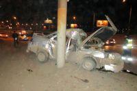 Автомобиль врезался в фонарный столб.