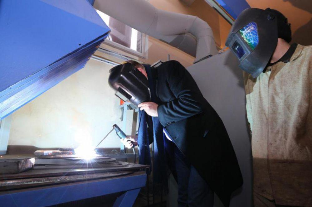Губернатор Николай Цуканов взял в руки сварочный аппарат и продемонстрировал свои умения.