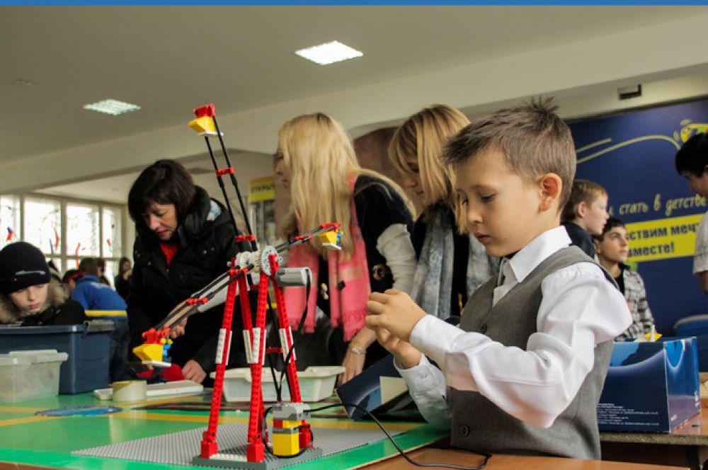 Участники фестиваля создали уникальных роботов, которые могут не только передвигаться по прямой, но и объезжать препятствия и даже самостоятельно находить выход из лабиринта.