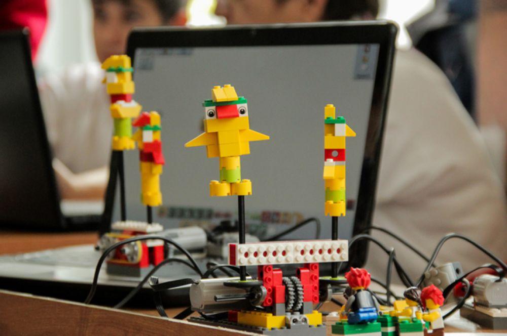 Робототехникам в рамках фестиваля предстояло соревноваться в пяти дисциплинах – это показательное выступление, сумо, лабиринт, твин-флип и слалом.