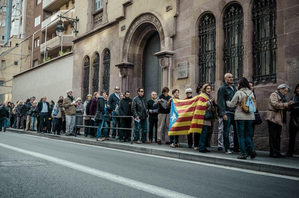 Участникам опроса предстояло ответить на два вопроса: «Хотите ли Вы, чтобы Каталония стала государством?» и, если да, «Хотите ли Вы, чтобы это государство было независимым?».