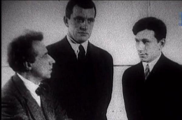Гарин и Маяковский (в центре).