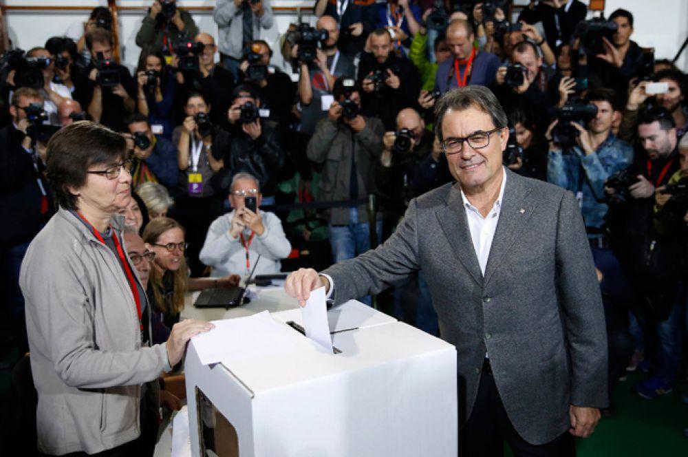 Премьер-министр Испании Мариано Рахой в последние месяцы объявил настоящую войну главе Каталонии и главному инициатору референдума Артуру Масу.