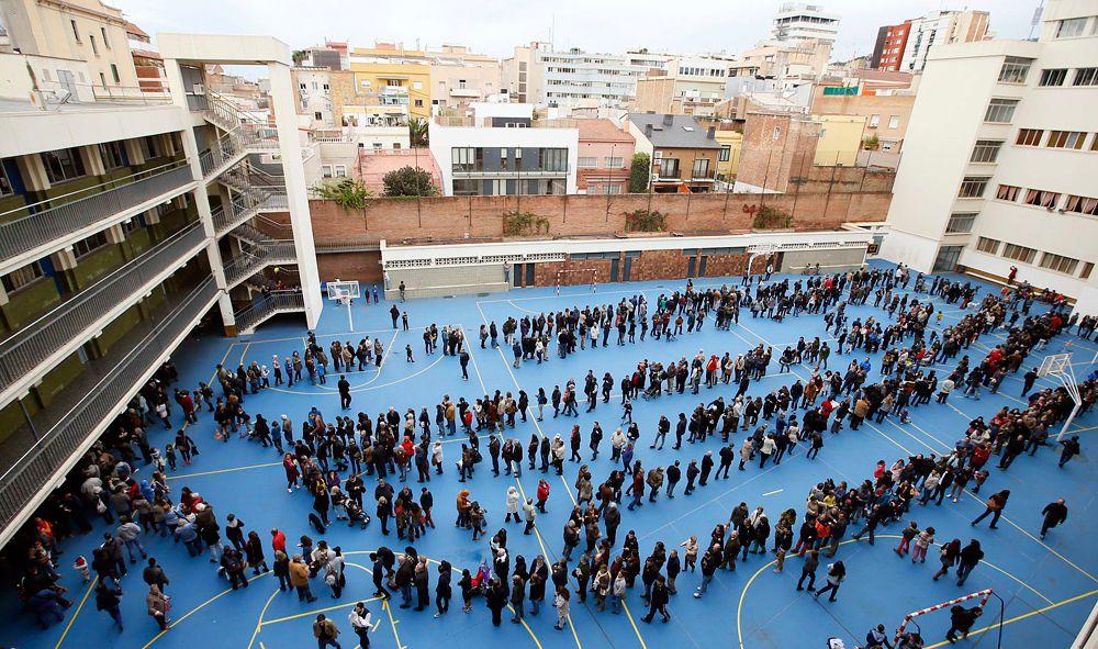 Несмотря на это, каталонское волеизъявление имело широкий характер. По предварительным данным, из 5,4 миллиона граждан, имевших право участвовать в опросе, на избирательные участки пришло более 2,25 миллиона человек.