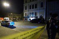 Сотрудники милиции у здания в котором располагается ночной клуб «Стена».