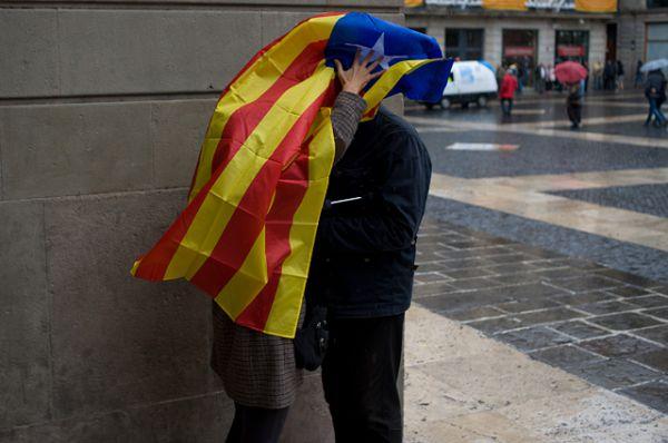 Вслед за жителями Шотландии, решавшими вопрос о независимости от Великобритании, аналогичный выбор делали жители Каталонии. Между двумя процедурами голосования существует важное различие. Если в Шотландии прошёл полноценный референдум, результаты которого имели силу закона, то в Каталонии состоялся лишь всеобщий опрос граждан, не имеющий юридической силы.