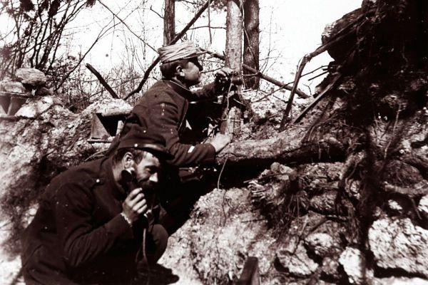 Офицеры французской артиллерии передают информацию для наведения пушечного огня.