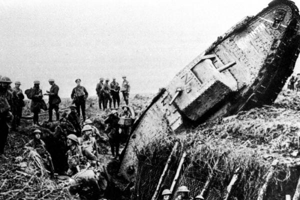 Во время Первой мировой в бою впервые были применены танки и являлись «ответом» на проблему затяжных «окопных войн», когда стороны могли буквально вечно сидеть в своих укрытиях друг напротив друга.На фото: подбитый британский тяжёлый танк Mark IV во время битвы за Камбре, 20 ноября 1917 года.