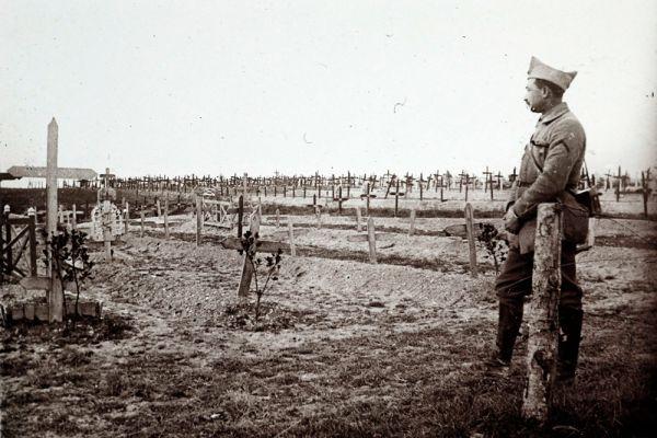 Французский офицер на захоронении воинов на востоке Франции, погибших на фронтах Первой мировой войны. 1916 год.