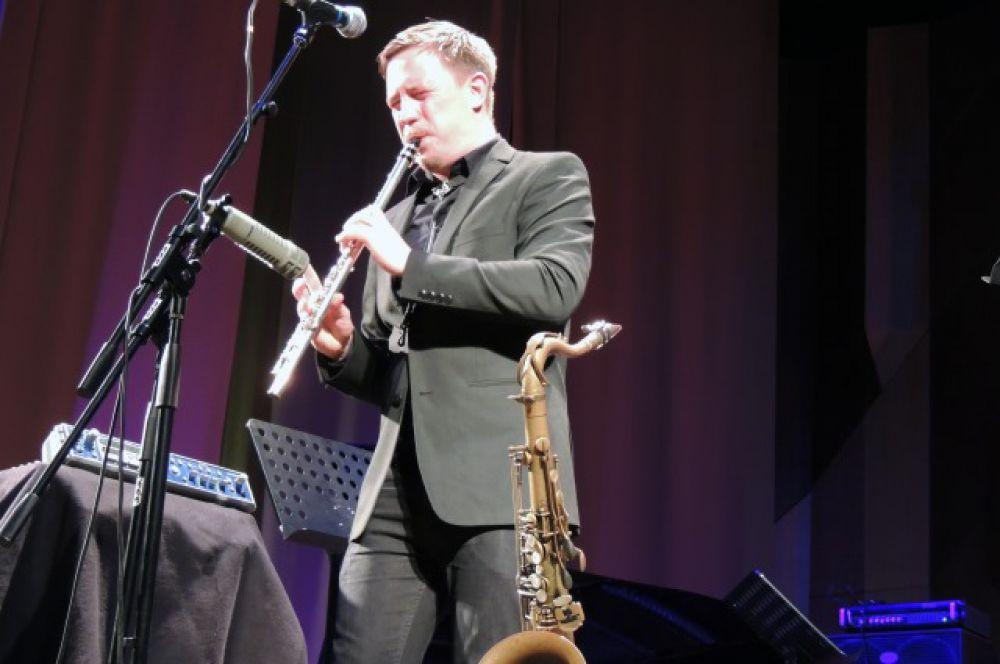Хокон Корнстад пробует себя в разных жанрах: участвует в оперных постановках, играет в группе, выступает с саксофоном