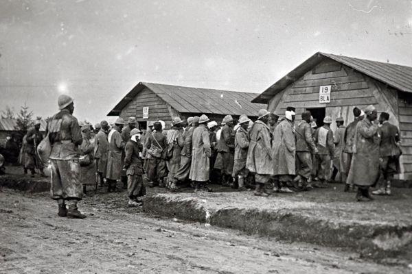 Раненые солдаты перед эвакуацией на востоке Франции.