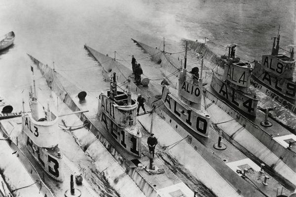 Первая мировая война доказала, что вести морские сражения можно не только на воде, но и под водой. На фото: подводные лодки на Азорских островах.