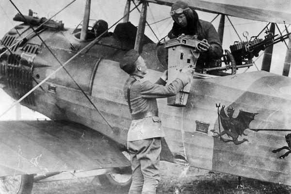 Офицер принимает из рук летчика камеру, которую только что использовали для съемки местности. Массовое применение авиации, как в военных действиях, так и для разведки — еще одно нововведение первой мировой войны.