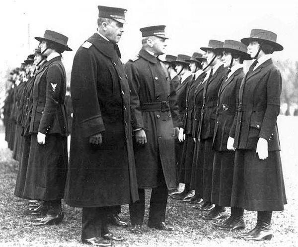 Контр-адмирал Виктор Блю (слева в центре) обходит ряды женщин-писарей, принятых на службу в американскую армию. Во время первой мировой войны женщин впервые начали официально принимать на службу — как правило, на штабные должности, а также в качестве медсестер и радиооператоров.