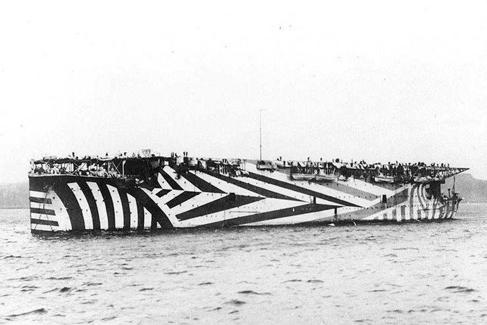 В первые годы Первой мировой были применены авианосцы. На фото: британский авианосец HMS Argus в британских водах, около 1918 года.