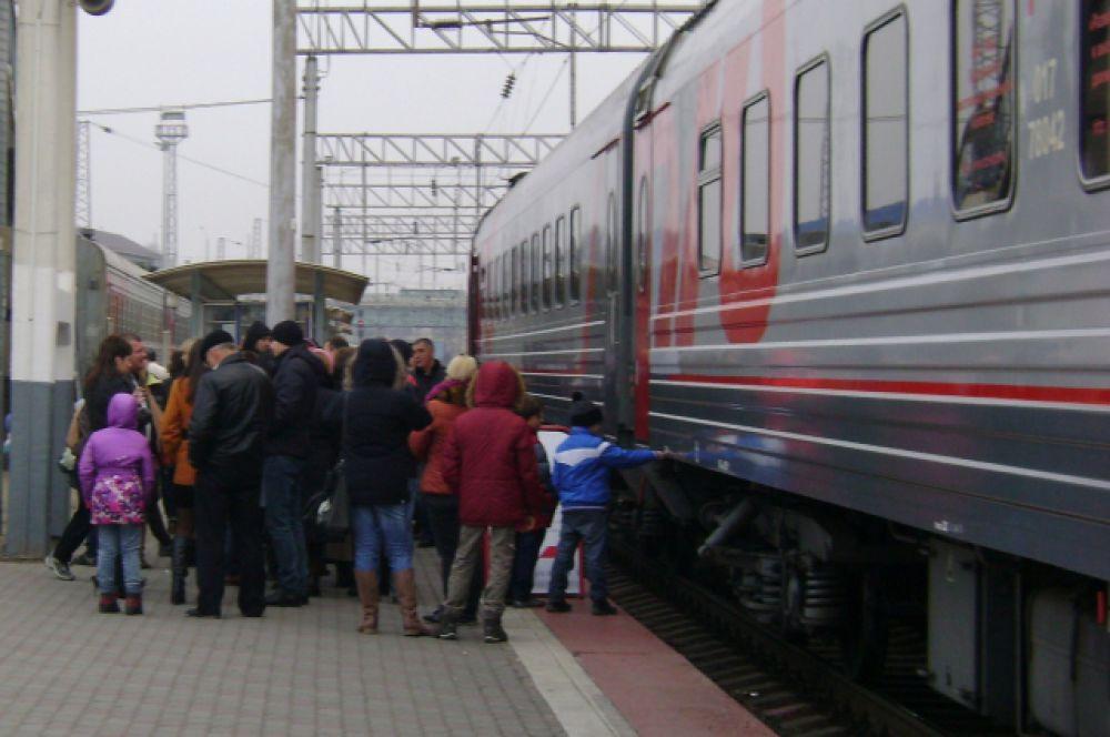 Поезд состоял из 8-ми вагонов, в первый - к началу экскурсии - собиралась очередь.