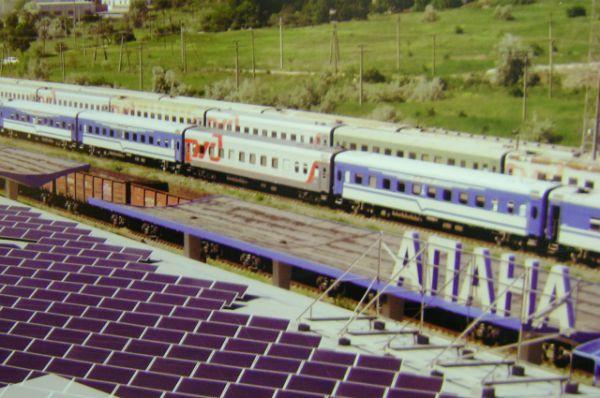 Солнечные модули на крыше железнодорожного вокзала в Анапе.
