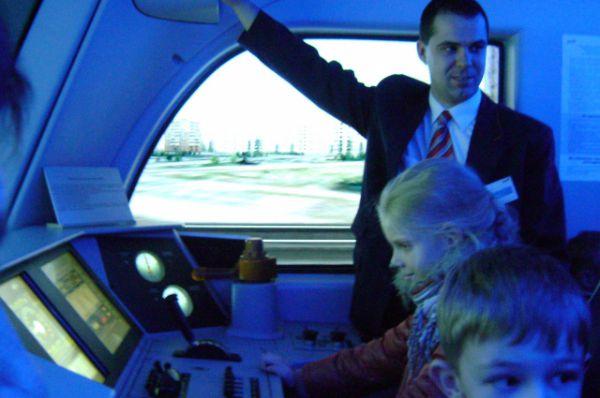 Другие дети ощущают себя настоящими машинистами в динамических тренажёрах.