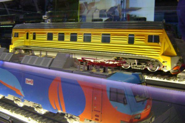 Есть здесь уменьшенные модели-образцы грузовых электровозов,..