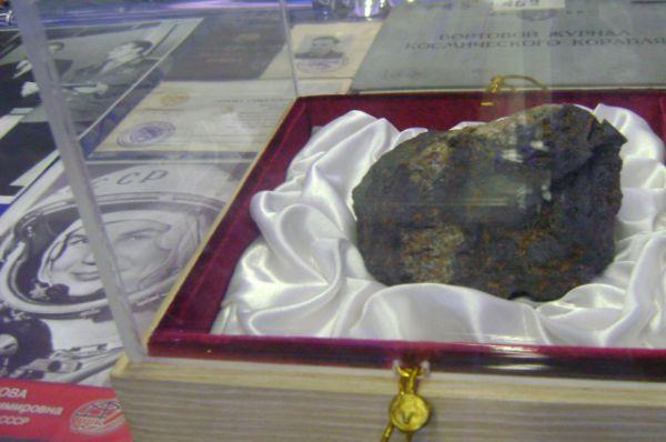 Каменный осколок челябинского метеорита.