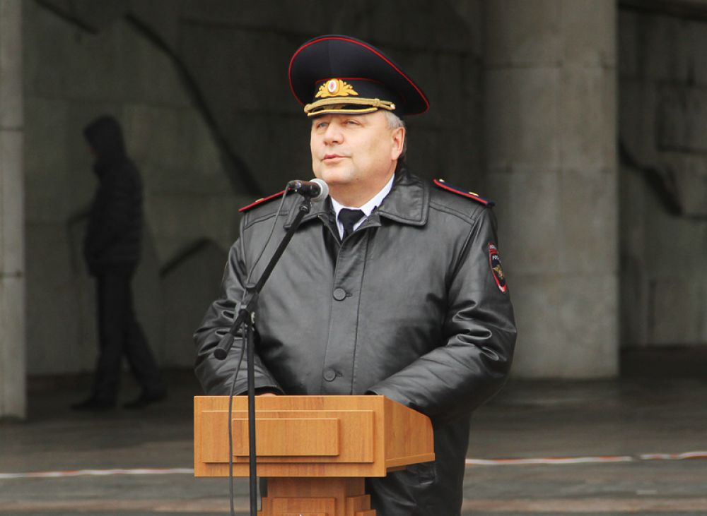 Сотрудников поздравляет начальник УМВД по Ульяновской области генерал полиции Юрий Варченко