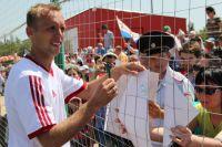 Денис Глушаков этим летом торжественно открыл футбольное поле для детей в Миллерово