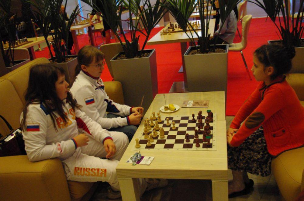 Также в Шахматной гостиной проходит всероссийский турнир для юных шахматистов, которые уже имеют в своей копилке серьезные спортивные награды.