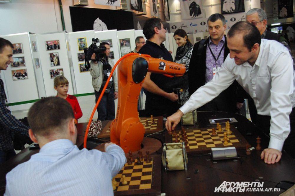 А в холле медиацентра все желающие могли сыграть в шахматы с роботом, которого привез заслуженный тренер РФ Константин Костенюк.