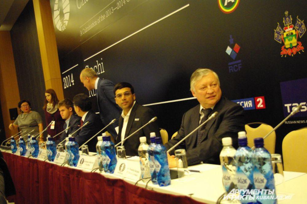 12-й чемпион мира Анатолий Карпов, трехкратный чемпион мира Вишванатан Ананд, действующий чемпион мира Магнус Карлсен на пресс-конференции, посвященной открытию чемпионата мира в Сочи.