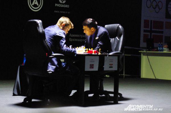 Соперники лицом к лицу за шахматной доской.