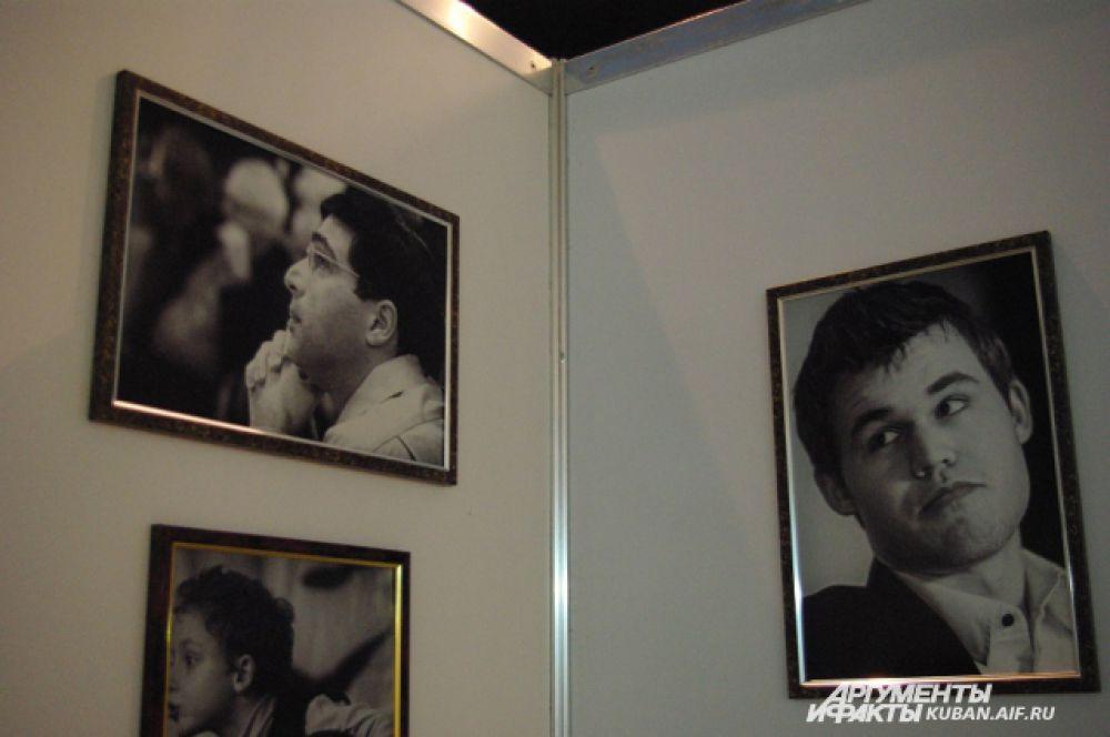В экспозиции Музея шахмат, представленной на чемпионате в Сочи, есть архивные фотографии чемпионов. Здесь тоже Ананд против Карлсена.