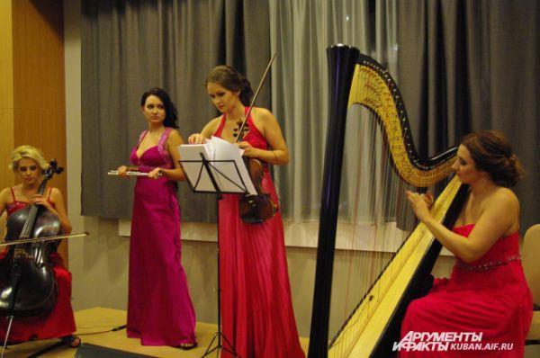 Музыкальную атмосферу события создал женский квартет Arfasound. На классических инструментах музыканты сыграли все современные мировые хиты.