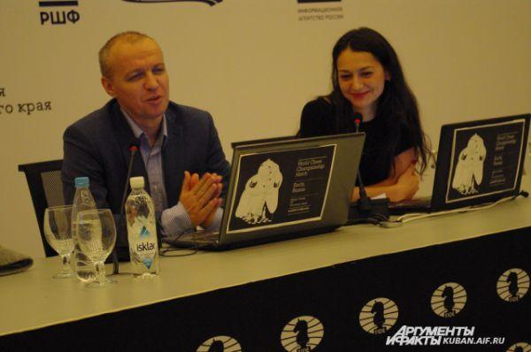 Пока ее отце представлял посетителям робота, 12-я чемпионка мира по шахматам Александра Костенюк в прямом эфире комментировала игру Ананда - Карлсена в компании с известным гросмейстером Сергеем Шиповым.