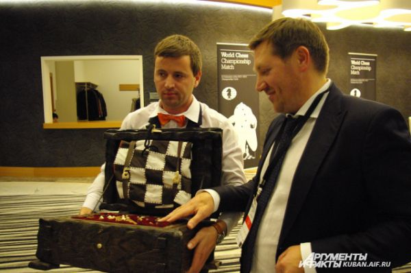 Этот набор шахмат из бивня мамонтов - специальный подарок Анатолия Карпова - получит победитель чемпионата.