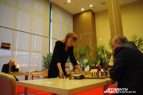 В день, когда играли первую партию, в Шахматной гостиной проходил сеанс одновременной игры с Ольгой Гирей - членом российской женской сборной по шахматам.