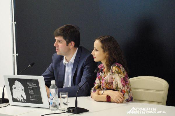 На английском языке партию комментируют гроссмейстеры Петр Свидлер, пятикратный победитель Всемирных шахматных олимпиад, и грузинская шахматистка Софико Гурамишвили.