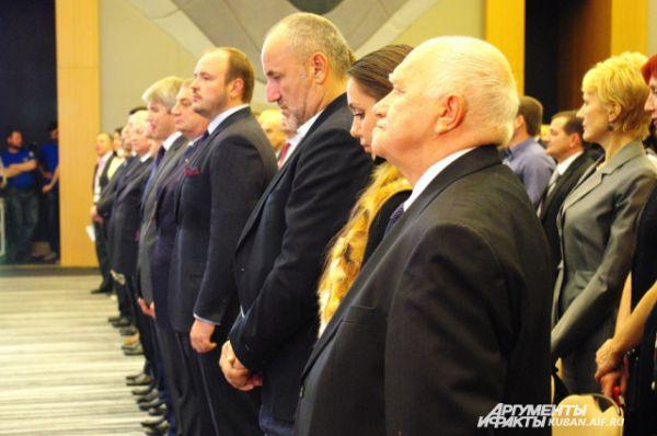 На открытии чемпионата все присутствующие встали под звуки гимна России, затем прозвучали гимны Норвегии, Индии и ФИДЕ. На первом плане - главный судья соревнований Анджей Филипович.