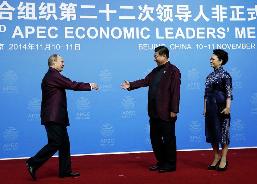 Президенты России и США Владимир Путин и Барак Обама, а также председатель КНР Си Цзиньпин были в бордовых рубашках.