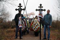 После похорон донецких ребят глава ДНР А. Захарченко пообещал, что убийцы понесут наказание. По словам ополченцев, им известны имена украинских силовиков, открывших огонь.