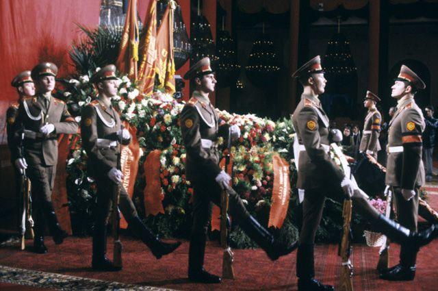 Солдаты Московского гарнизона у гроба с телом Леонида Ильича Брежнева.