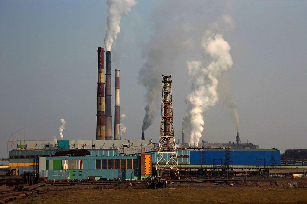 Норильск — один из крупнейших в мире центров цветной металлургии. И самый грязный. Ежегодно он выбрасывает в воздух 500 тонн меди, оксидов никеля, а также 2 млн тонн диоксида серы. Даже если не знать, что такое диоксид серы, интуитивно понятно, что дышать этой отравой не стоит. Как итог: катастрофическое загрязнение почв и воды, вымирание растительности, а люди в Норильске живут в среднем на десять лет меньше, чем обитатели других регионов России.